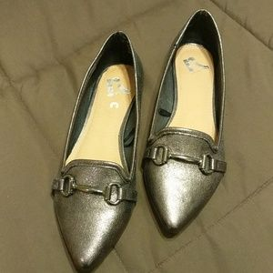 NWOT Report pewter flats